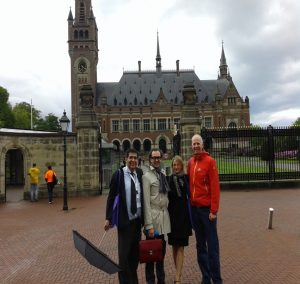 Con abogados de Perú, Méjico y Alemania.
